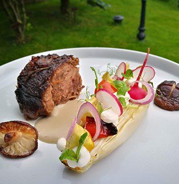 печено месо с гарнитура в лодка от зеленчуци