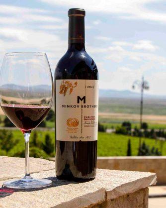 бутилка червено вино с чаша