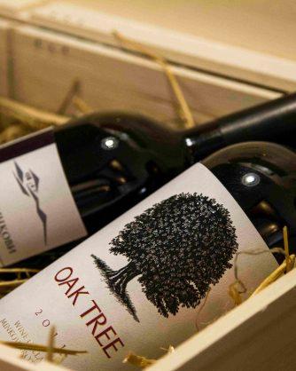 две бутилки червено вино в дървена кутия
