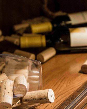 купчина коркови тапи до две бутилки вино