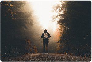 Muzh s ranica nasred borova gora