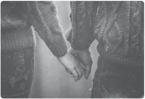 Dvoika v ednakvi puloveri koyato si durzhi rucete