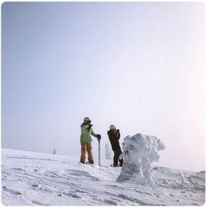 Muzh i zhena koito se spuskat sus ski v planinata