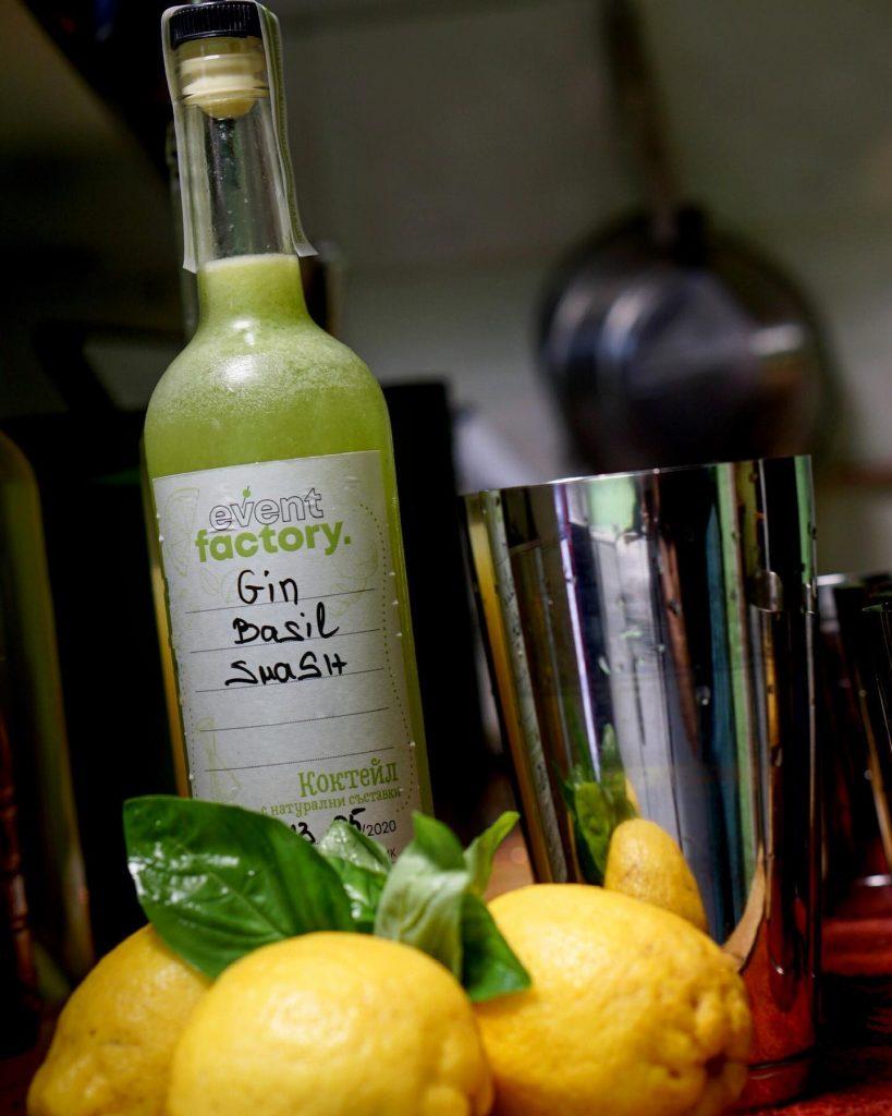 lichen barman u doma i koktejl v butilka Main