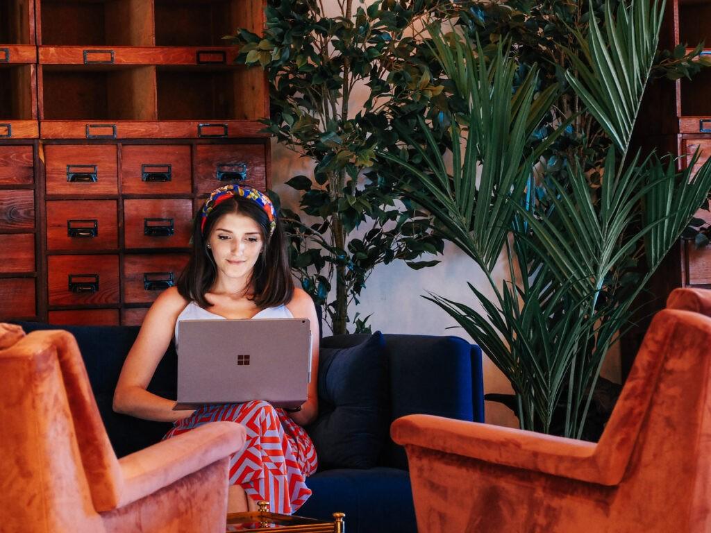 жена на диван с лаптоп на колене