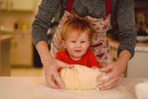 майка и дете месят тесто