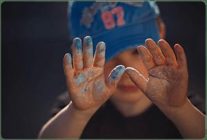 Dete s nacapani s boya ruce