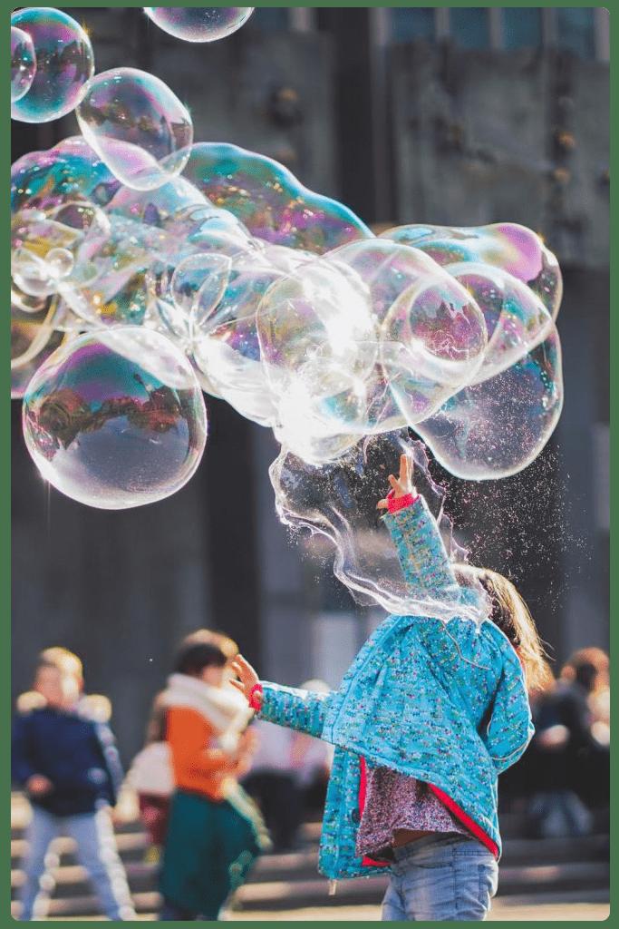 Malko momiche koeto si igrae s baloncheta ot supun