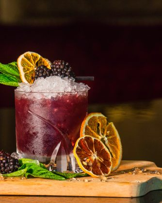 червен коктейл със сухи плодове на дъска
