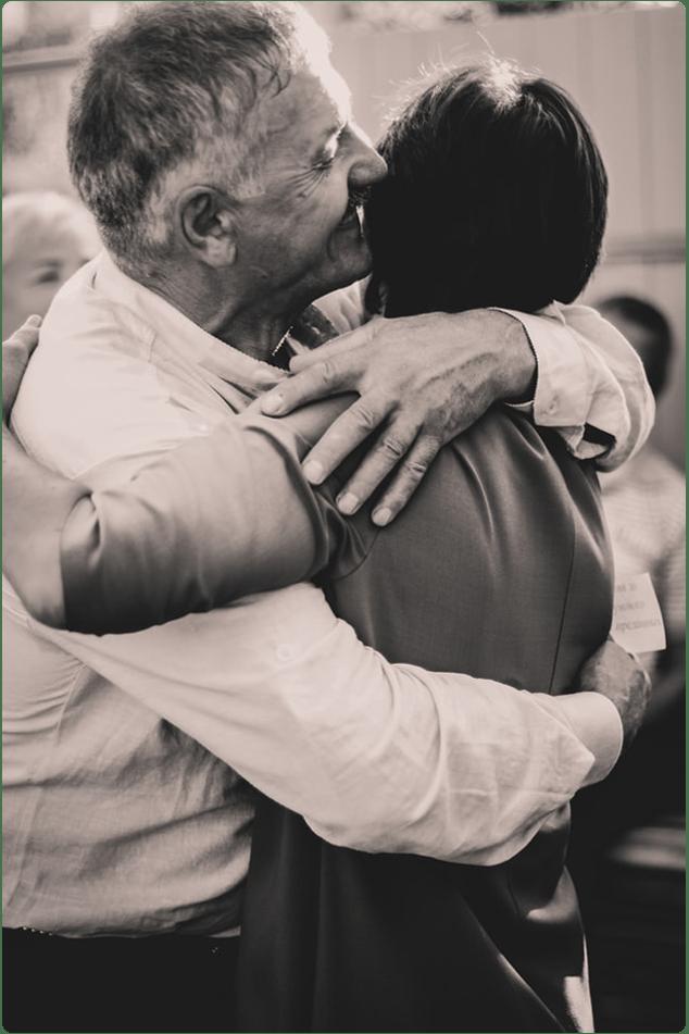 черно-бяла снимка на прегърната възрастна двойка