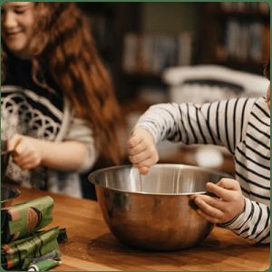 Деца-приготвят-семейната-вечеря