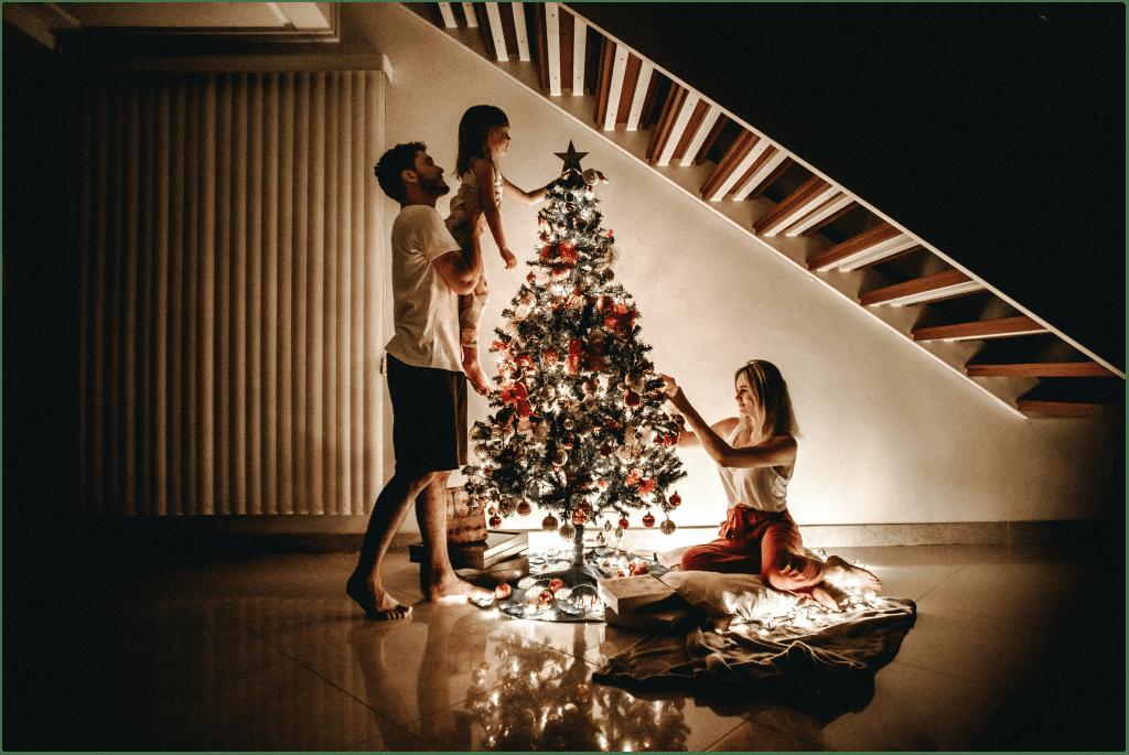 Дете украсява коледната елха с родителите си