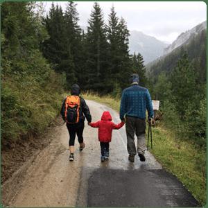 Семейство-се-разхожда-сред-природата