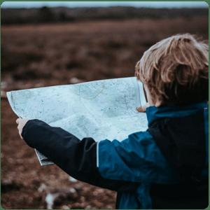 Дете-което-гледа-карта-с-упътвания