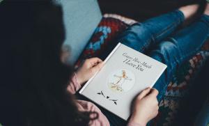 Дете чете книга