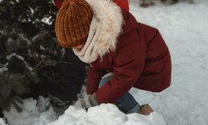 Дете-което-си-играе-в-снега