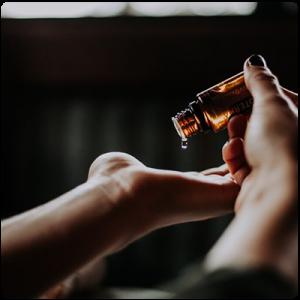 Слагане на етерично масло върху ръце