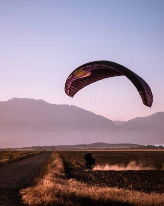 крило на парапланер над планината