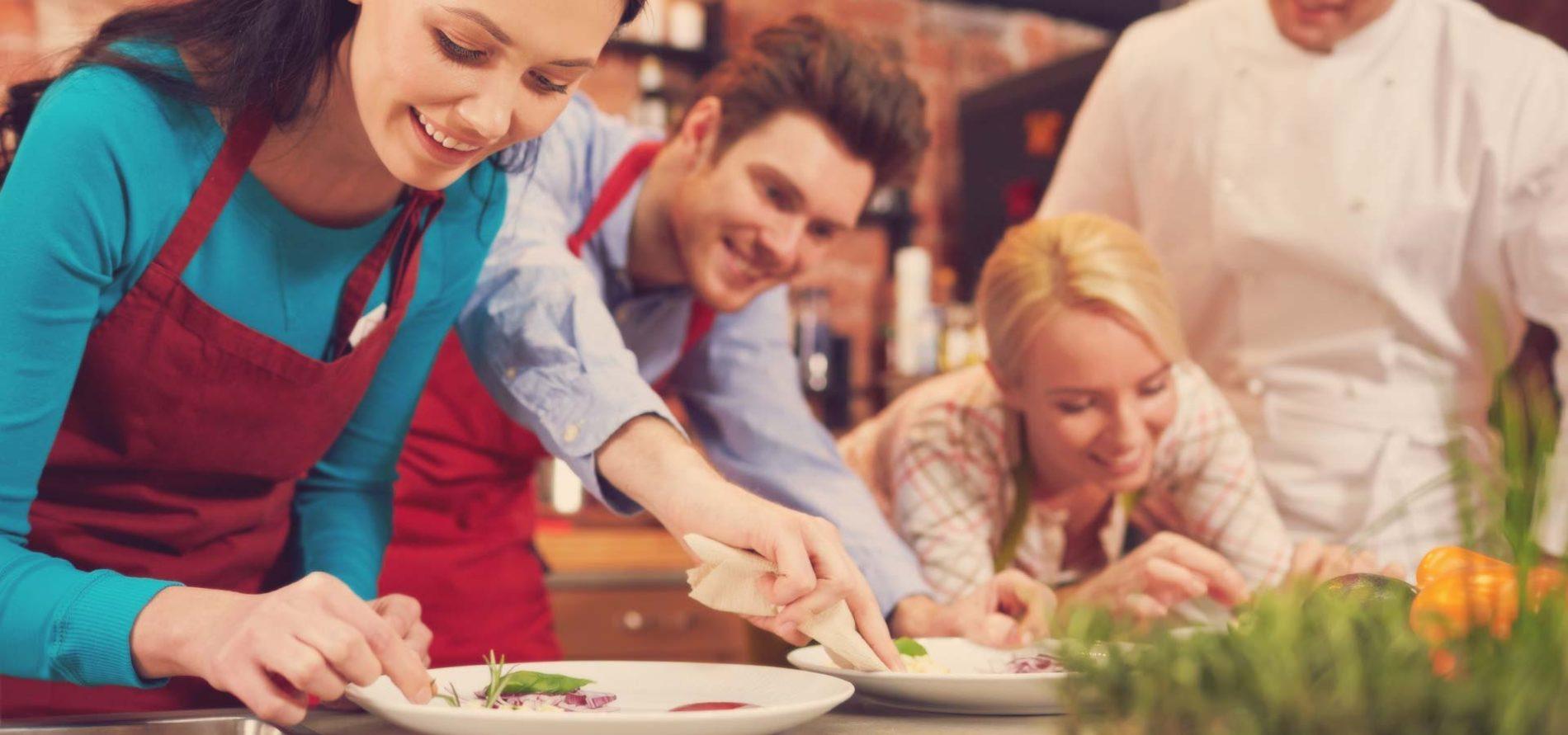 Шеф за Ден – Гурме Кулинарен Курс по Избор Перфектният подарък за тези кулинарни ентусиасти, които искат за пренесат уменията си на следващото ниво за кулинарни изкушения. Щастливецът, който ще зарадваш с този подарък ще може да избере между курсовете по Гръцка, Италианска, Испанска, Френска, Турска, Тосканска, Провансалска, Скандинавска кухня, Тапас и пинчос, Бързи гурме рецепти, Риба и мосрки дарове и много други.